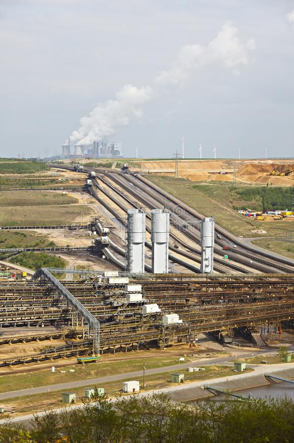 褐煤产业和矿 库存图片