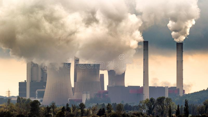 褐煤能源厂 免版税库存图片