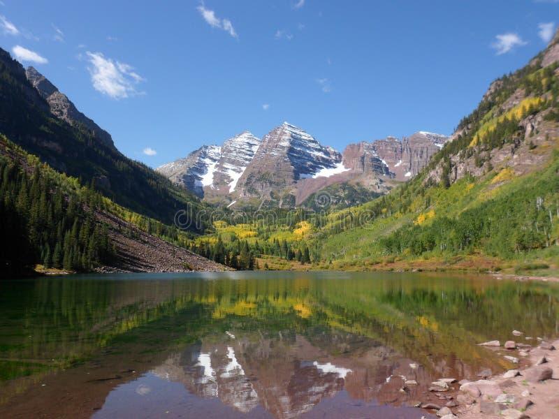 褐红的响铃,山,湖,反射,亚斯本, Co 免版税库存照片