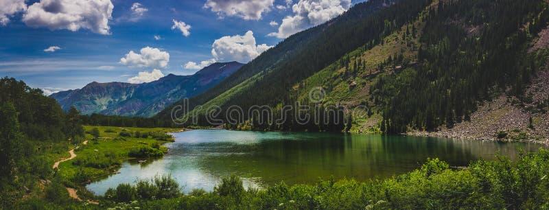 褐红的湖全景 图库摄影