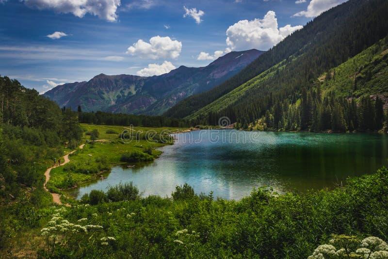 褐红的湖 库存图片