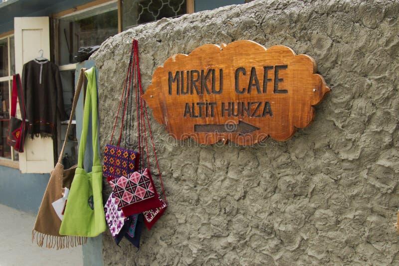 褶被修理带领往在hunza的一个咖啡馆 库存图片