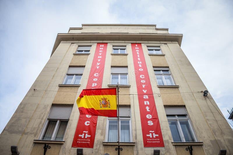 西万提斯Instute他们的贝尔格莱德分支的Instituto西万提斯商标与西班牙旗子 图库摄影