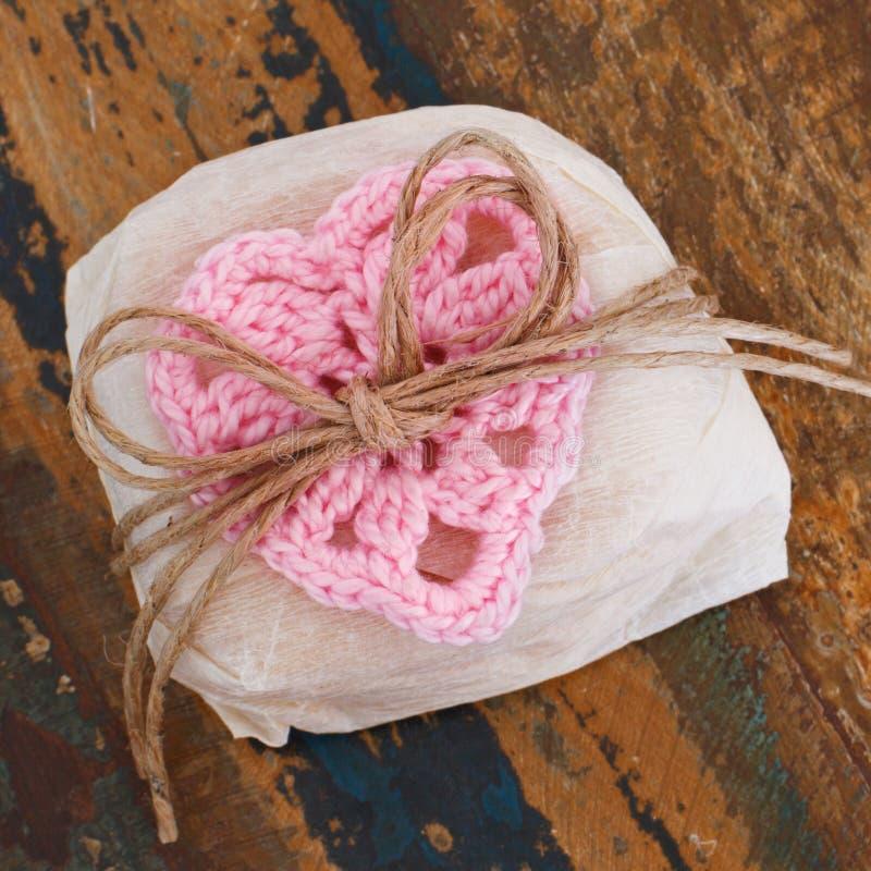 巴西与桃红色钩针编织心脏(礼物的婚礼甜bem casado 图库摄影