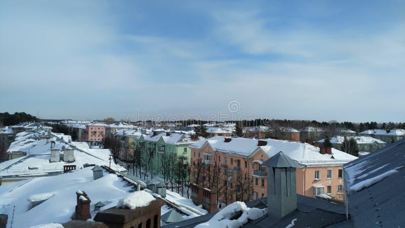 西伯利亚镇的街道的多彩多姿的明亮的房子 免版税库存图片