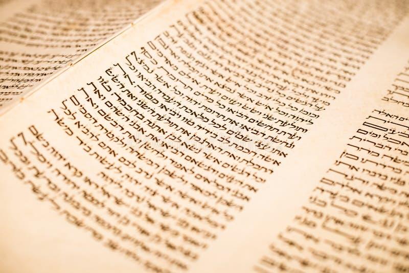 西伯来手写的摩西五经纸卷,在犹太教堂修改 库存图片