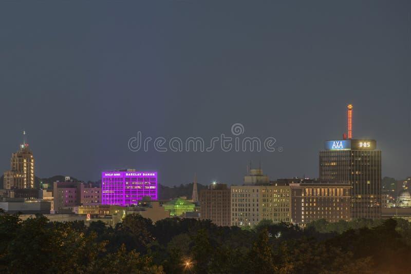 西勒鸠斯,纽约- 2019年7月13日:街市西勒鸠斯都市风景夜视图与巴克来戴蒙大厦和Axa塔的 免版税库存图片