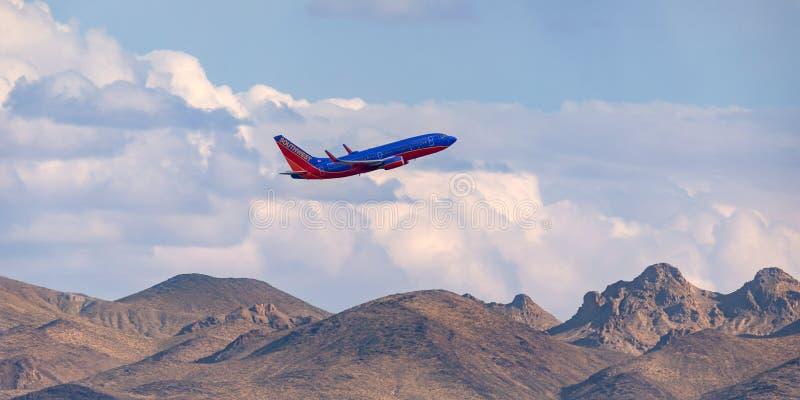 西南航空上升在离开的山的波音737从麦卡伦国际机场在拉斯维加斯 库存图片