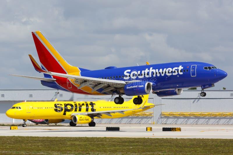 西南航空公司波音737-700飞机劳德代尔堡机场 免版税库存照片