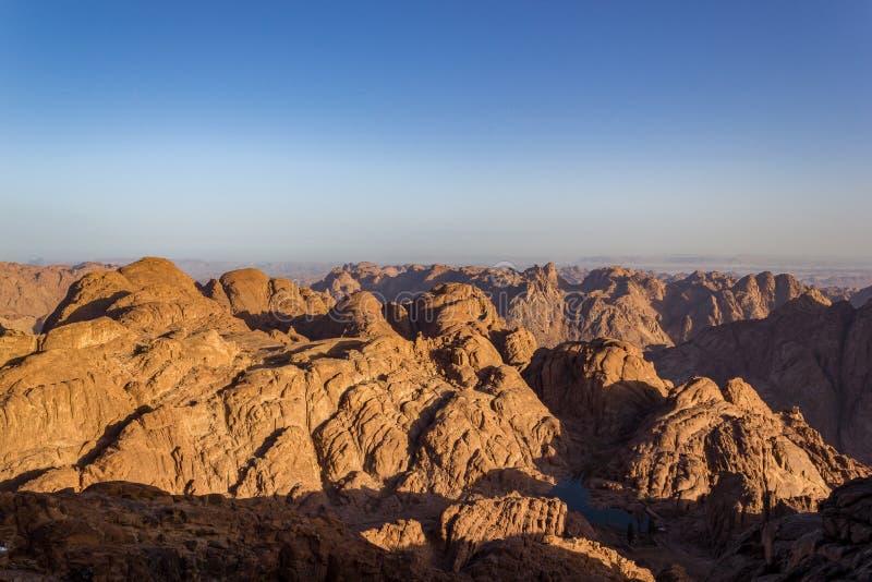西奈山,亦称Jebel芭蕉科,2285米圣洁山顶的壮观的鸟瞰图,在日出,西奈半岛在埃及 免版税库存图片