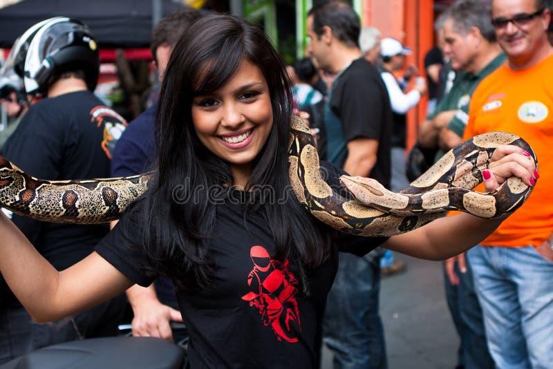 巴西女孩和Ssake 免版税库存照片