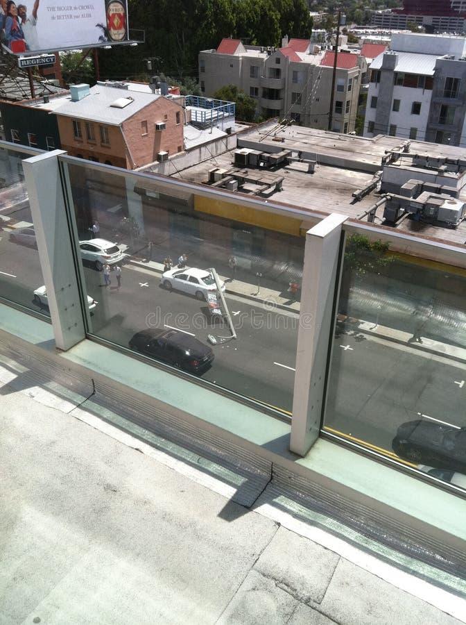 西好莱坞,加州/美国- 2011年5月6日:白色汽车撞在街道日落大道上的灯柱 西好莱坞以损伤 库存照片