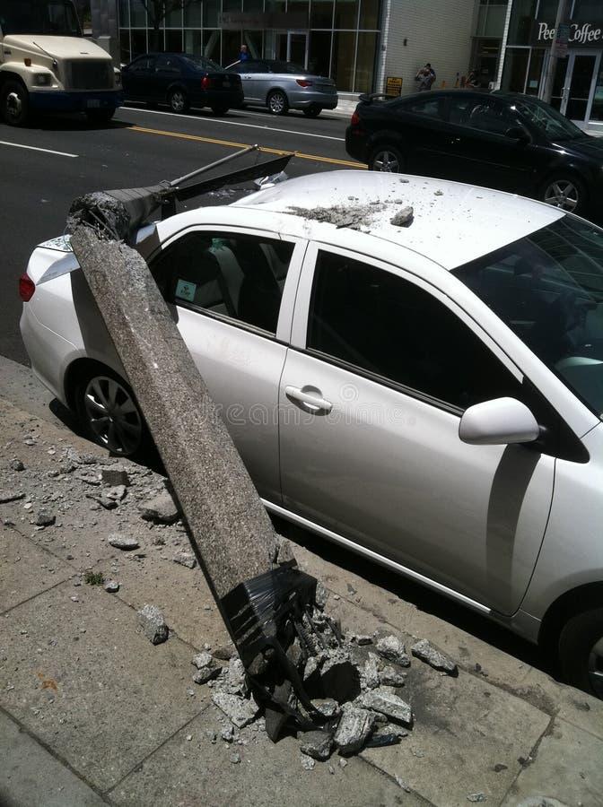 西好莱坞,加州/美国- 2011年5月6日:白色汽车撞在街道日落大道上的灯柱 西好莱坞以损伤 库存图片