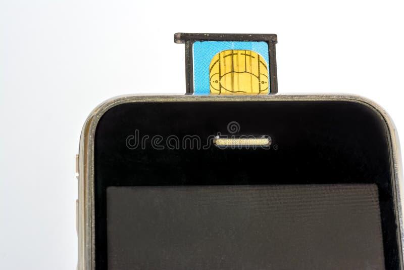 西姆卡片instalation到手机里 免版税图库摄影