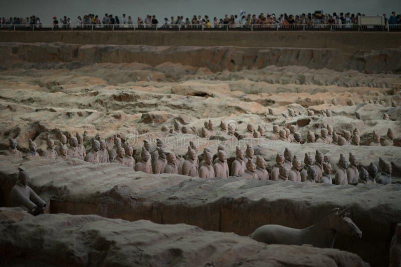 西安,中国- 08 12 2016年:秦始皇兵马俑的一些赤土陶器战士,一部分的第一个秦国皇帝的陵墓 库存图片