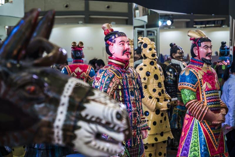 西安,中国- 2019年3月30日 赤土陶器战士和马clorful军队在商展 免版税库存图片