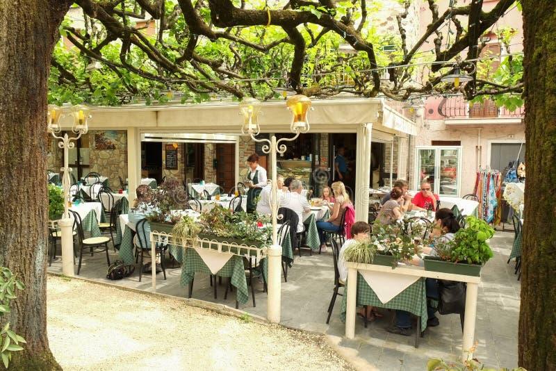 西尔苗内市和Garda湖海滩,意大利 免版税库存图片