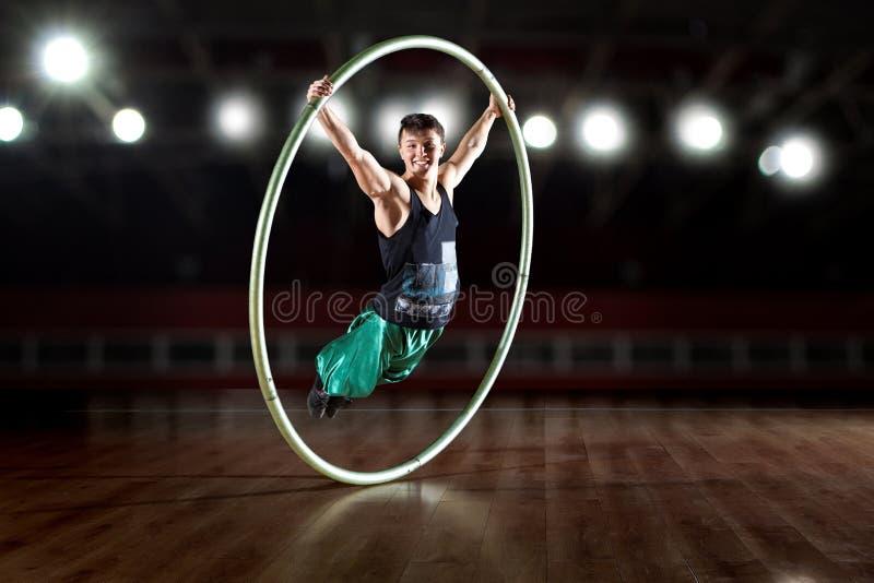 西尔轮子的马戏艺术家 免版税图库摄影