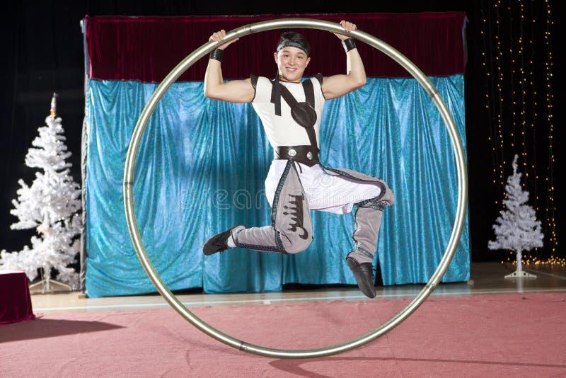西尔轮子的马戏艺术家 库存照片