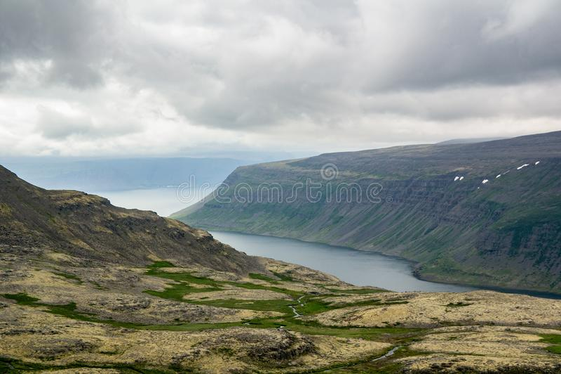 西峡湾区剧烈的风景在多云天气的冰岛 库存照片