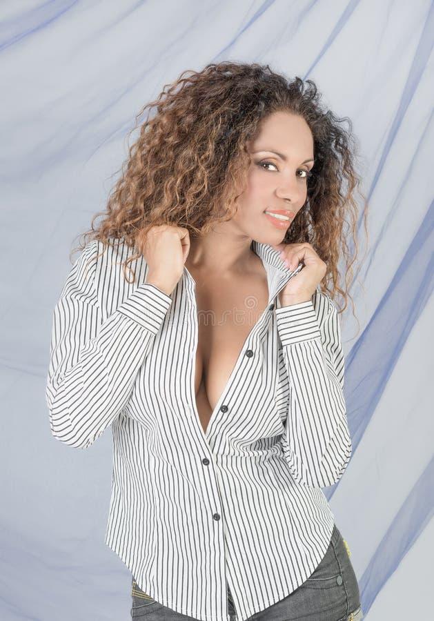 Download 巴西微笑的妇女 库存图片. 图片 包括有 设计, 成人, 拉丁语, 人员, 女性, 短裤, 种族, beauvoir - 72355511