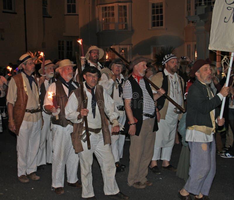 西德茅斯,德文郡,英国- 2012年8月10日:一个小组人打扮,海盗参加夜间结束队伍  库存图片