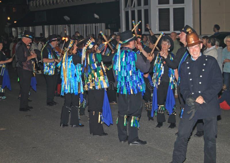 西德茅斯,德文郡,英国- 2012年8月10日:一个小组在装饰的高顶丝质礼帽和褴褛蓝色背心打扮的莫利斯舞 库存图片