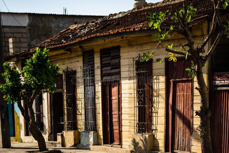 西恩富戈斯何塞・马蒂花园大概旅行照片有棕榈、亭子和历史大厦的,西恩富戈斯省,古巴 免版税库存图片