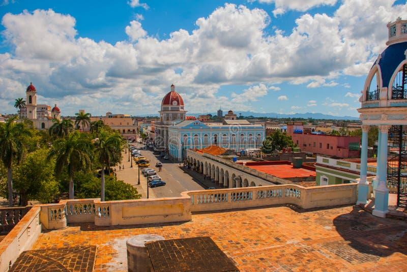 西恩富戈斯,古巴,帕拉西奥费勒:从宫殿大阳台打开对中心广场和修造的Municipali的全景 免版税库存图片