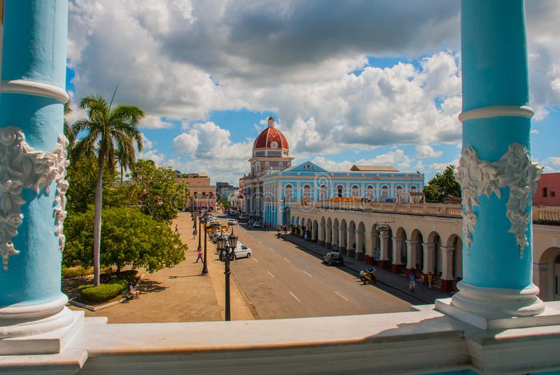 西恩富戈斯,古巴:城市的古巴看法从上面的 自治市,香港大会堂,政府宫殿 免版税库存照片