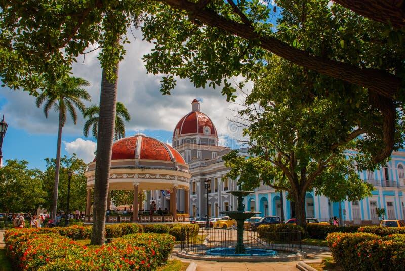 西恩富戈斯,古巴:Parque何塞马蒂广场看法在西恩富戈斯 自治市和圆形建筑与一个红色圆顶 库存图片