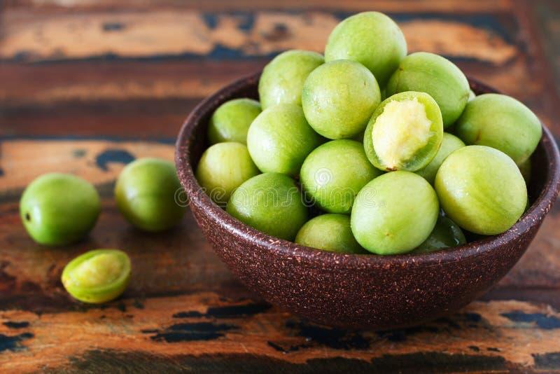 巴西新鲜水果热带母果tuberosa (巴西李子,umbu, imbu)在木桌上的碗
