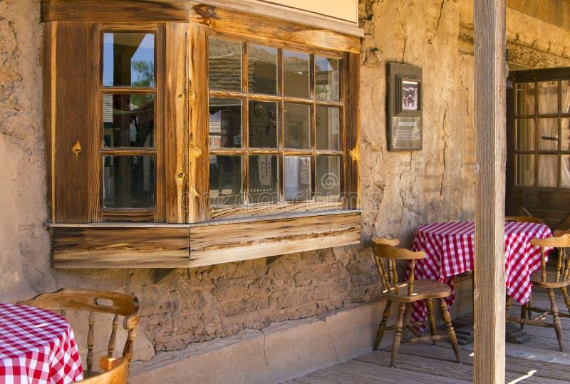 西方小酒吧牛仔墨西哥老的交谊厅 库存图片