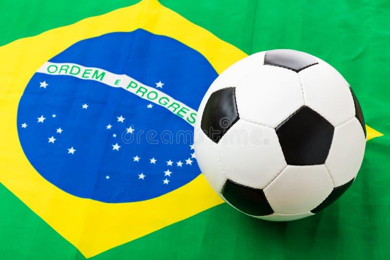巴西旗子和橄榄球 图库摄影