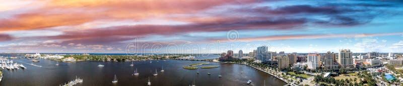 西棕榈海滩海岸线在佛罗里达,美国 在太阳的全景 免版税库存照片