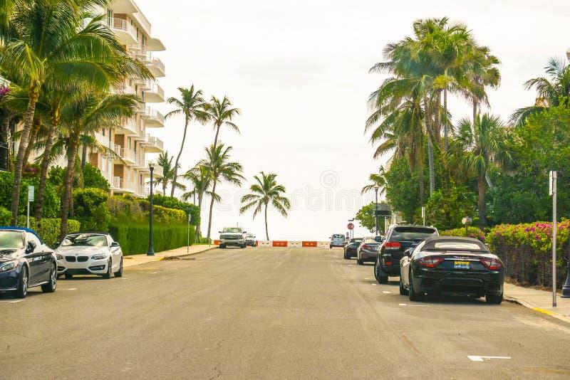 西棕榈海滩,佛罗里达2018年5月-7 :有汽车的路在棕榈滩,佛罗里达,美国 库存照片