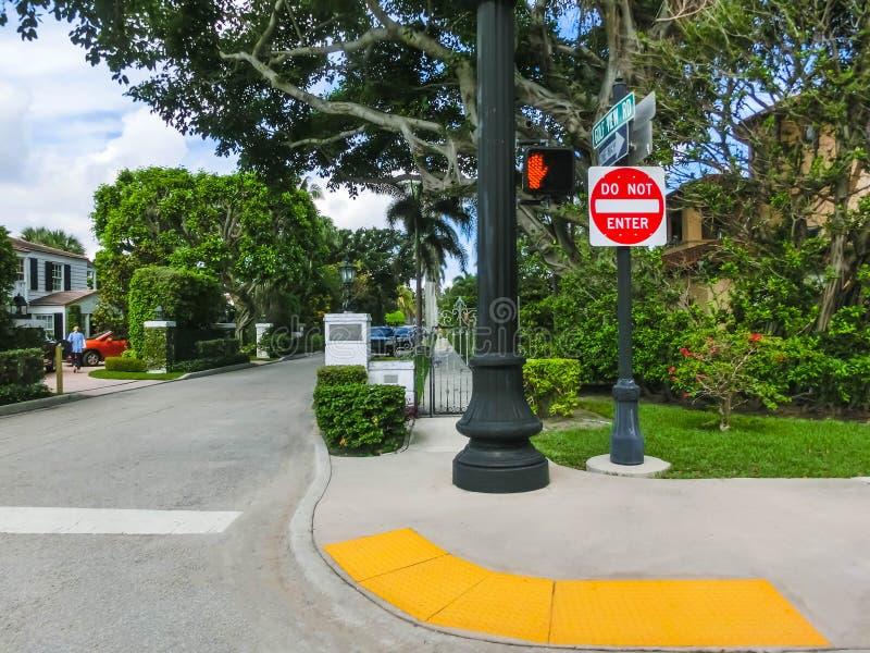 西棕榈海滩,佛罗里达2018年5月-7 :有汽车的路在棕榈滩,佛罗里达,美国 免版税库存照片