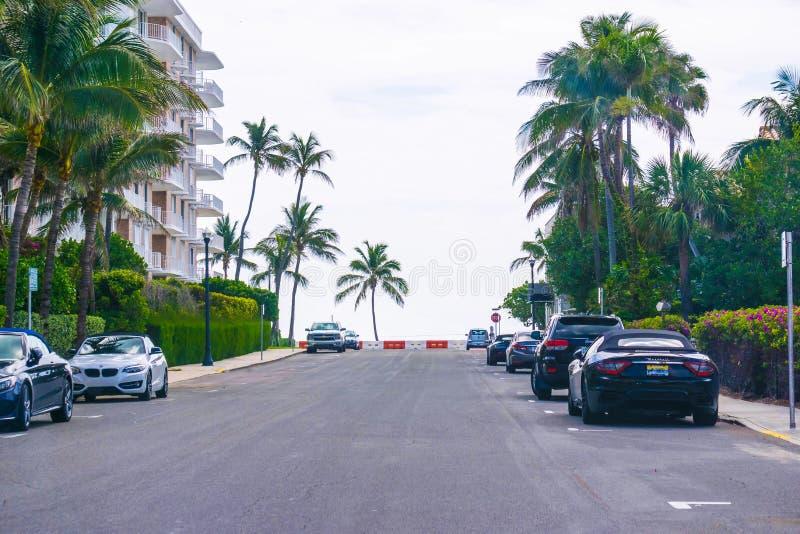 西棕榈海滩,佛罗里达2018年5月-7 :有汽车的路在棕榈滩,佛罗里达,美国 库存图片
