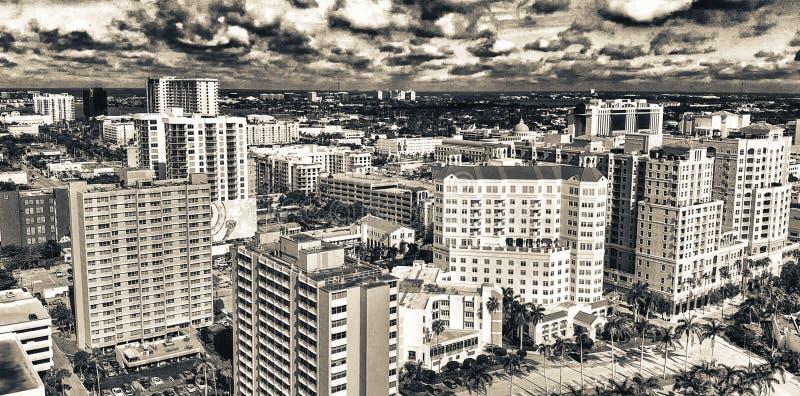 西棕榈海滩, FL - 2018年4月10日:从湖的空中城市地平线在一个美妙的晴天 城市是一种主要吸引力  免版税库存图片