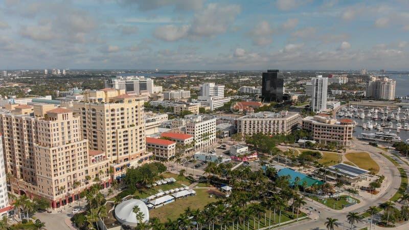 西棕榈海滩, FL - 2018年4月10日:从l的空中城市地平线 库存照片