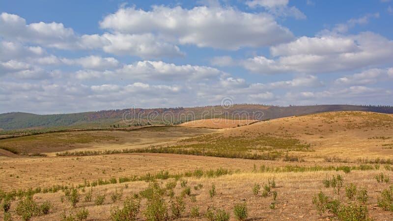 西班牙乡下的小山一suny天withh软的云彩的 免版税库存照片