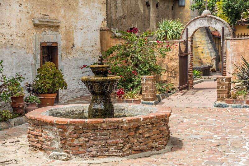 西班牙使命喷泉在庭院里 免版税图库摄影
