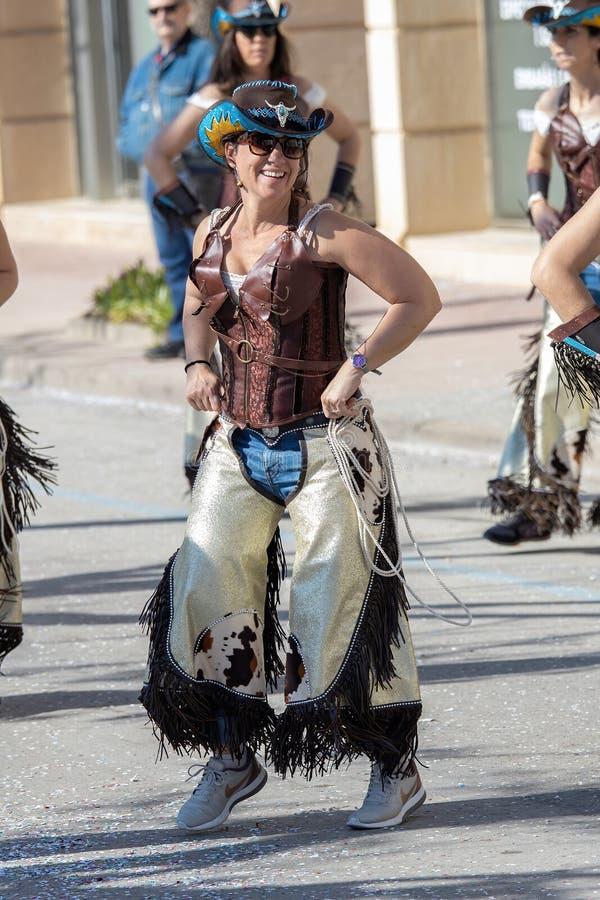 西班牙加泰罗尼亚帕拉莫斯传统狂欢节 很多人穿着服装,化妆很有趣 24 02 2020年西班牙 库存照片