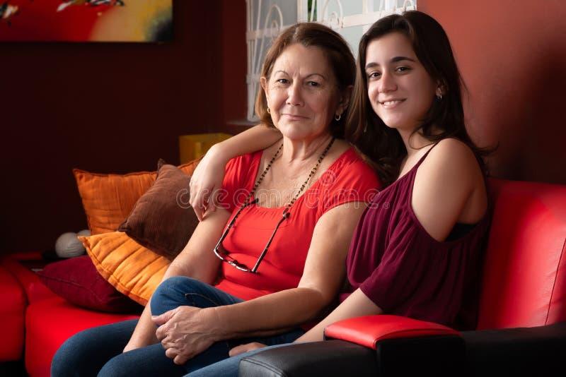 西班牙十几岁的女孩和她的祖母在家 免版税库存照片