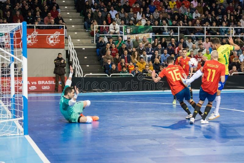 西班牙和巴西的国家队室内footsal比赛卡塞里斯Multiusos亭子的  免版税库存图片