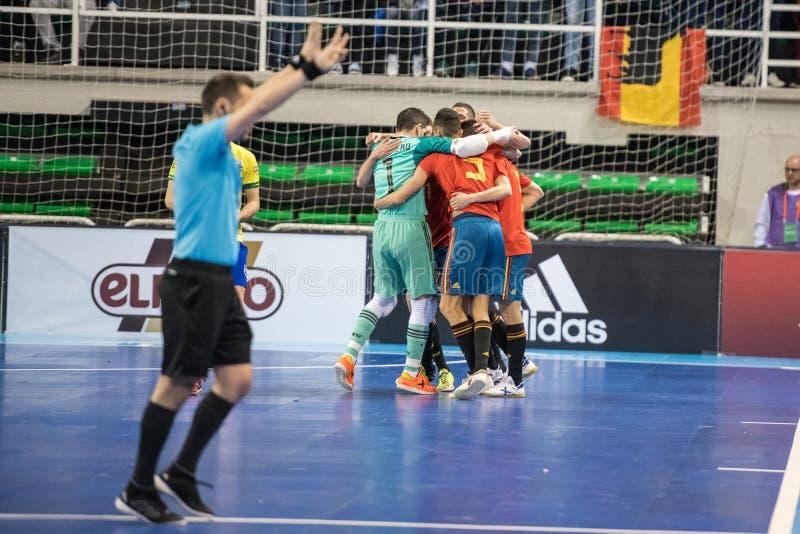 西班牙和巴西的国家队室内footsal比赛卡塞里斯Multiusos亭子的  免版税图库摄影