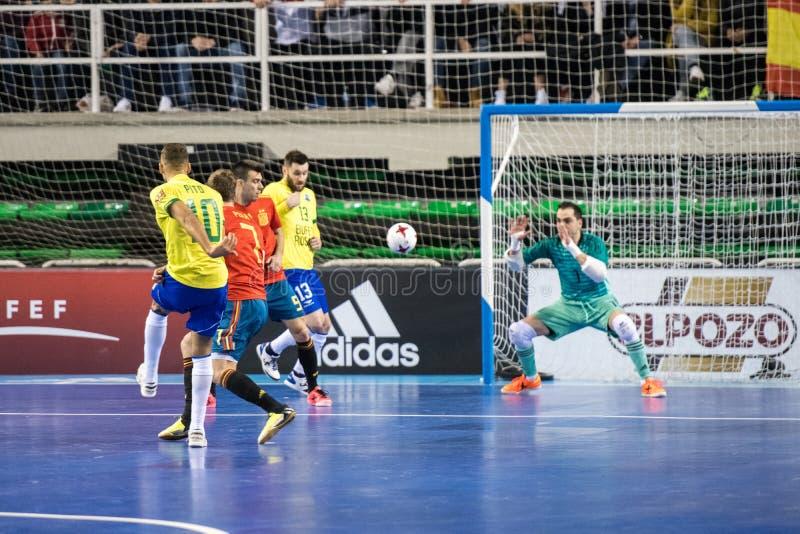 西班牙和巴西的国家队室内footsal比赛卡塞里斯Multiusos亭子的  免版税库存照片