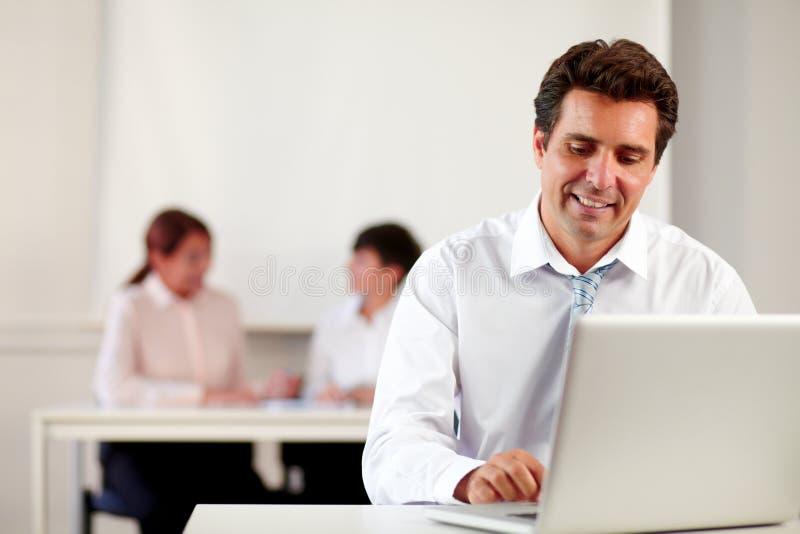 西班牙商人与他的膝上型计算机一起使用 免版税库存图片