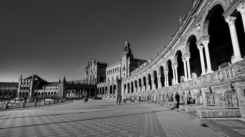 西班牙塞维利亚 — 2020年2月10日:西班牙塞维利亚西班牙广场建筑侧景黑白摄影 免版税图库摄影