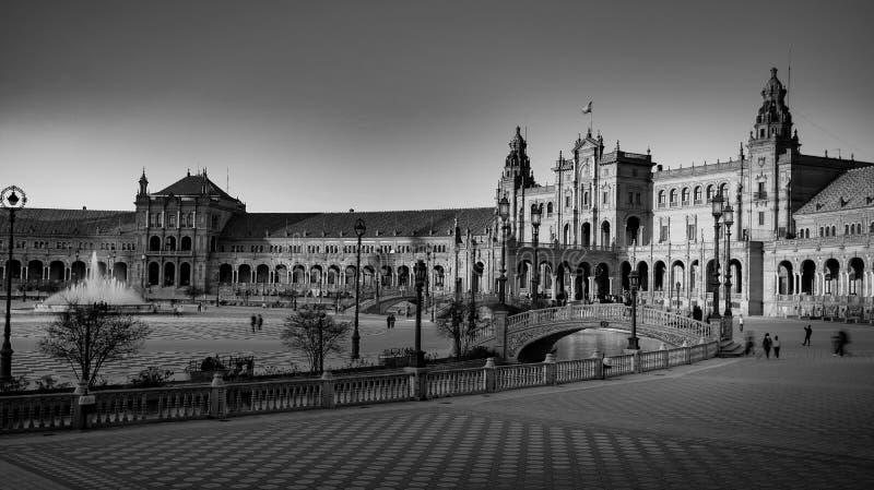 西班牙塞维利亚 — 2020年2月10日:西班牙塞维利亚西班牙广场建筑侧景黑白摄影 库存图片